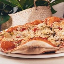 Donostia Thin crust pizza with mozzarella, tomato, chicken, onion, red and green pepper